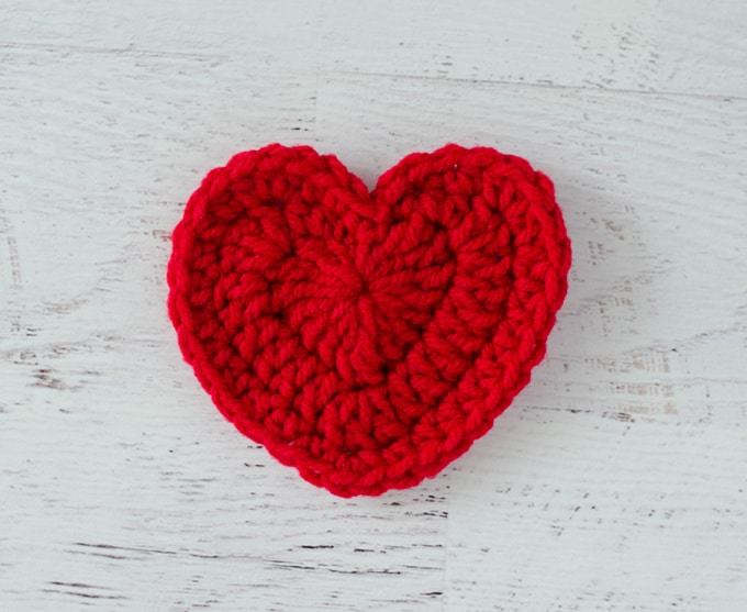 Tiny Crochet Hearts (w/ pattern) - Scattered Thoughts of a Crafty ... | 557x680