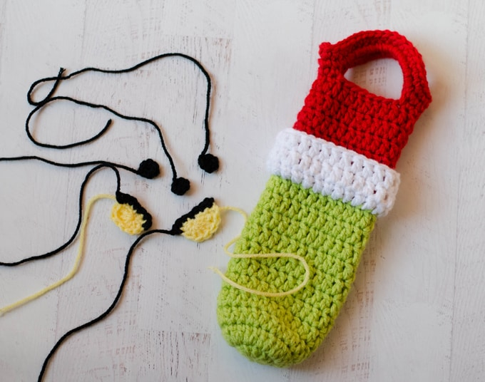 How to crochet a grinch wine cozy