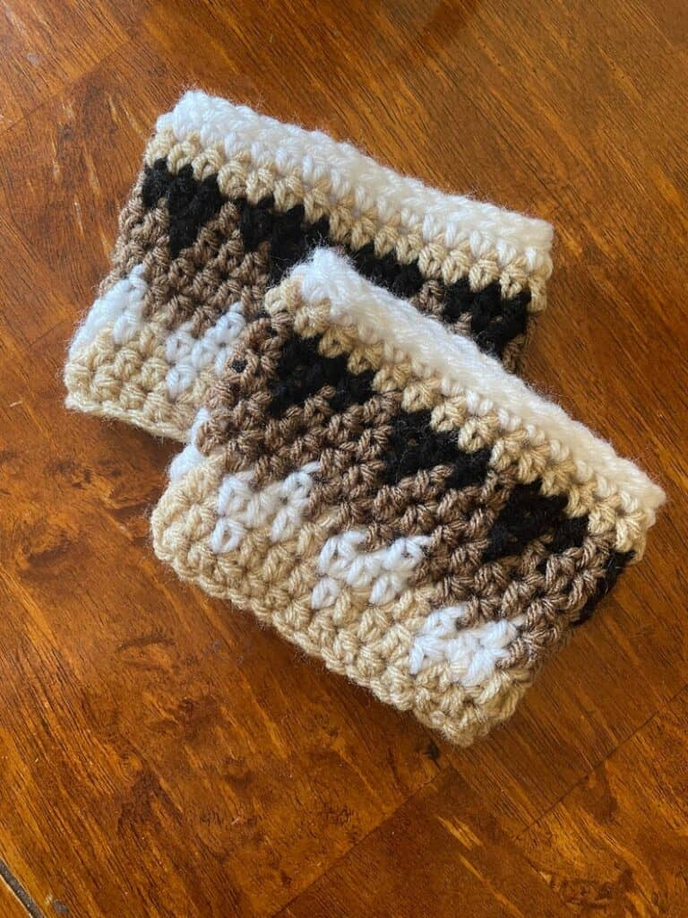 poignets de bottes au crochet or, marron et blanc