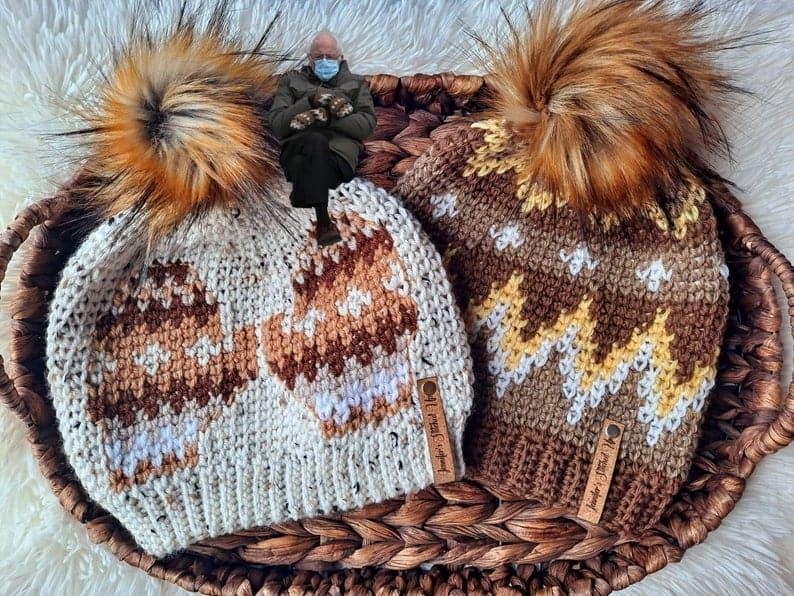 chapeaux au crochet or, marron et blanc avec pompons
