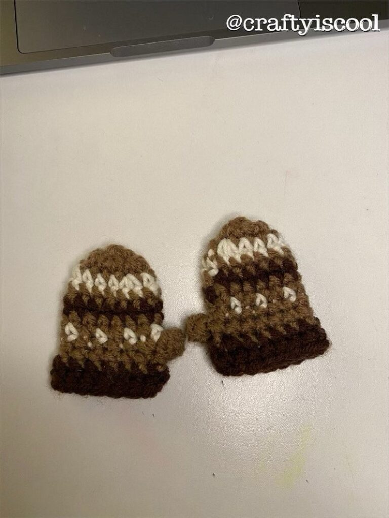 Minuscules mitaines de poupée au crochet en marron et blanc
