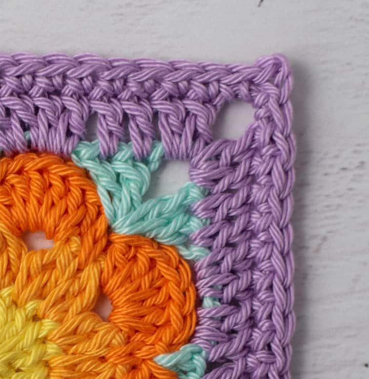 Vue rapprochée du coin du caboteur de fleurs violettes