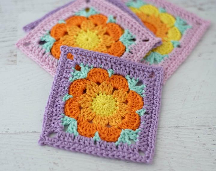 4 sous-verres au crochet aux couleurs rose, violet, jaune et orange