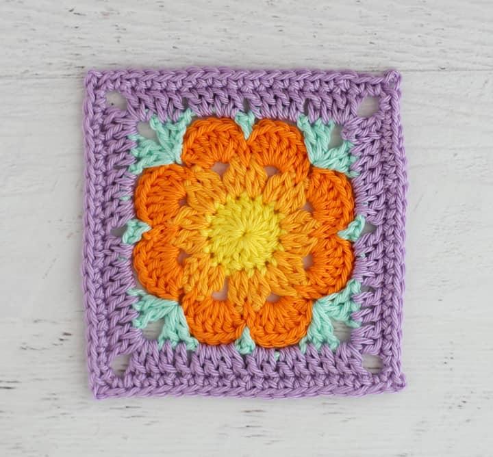 Sous-verre de fleur au crochet simple avec bordure violette