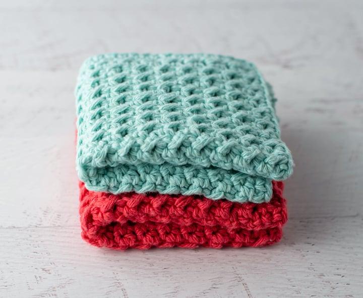 panos de prato de crochê azul e coral