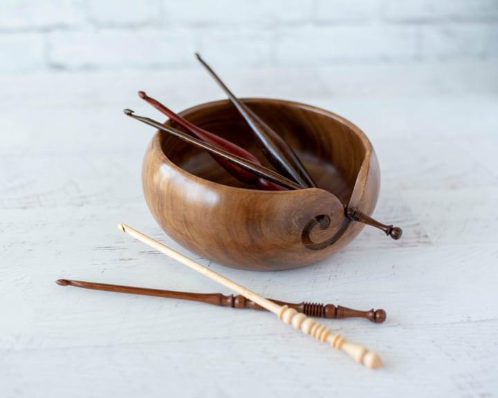 crochets en bois dans un bol en bois