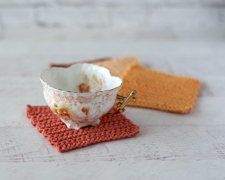 Taza de café en posavasos de crochet color óxido