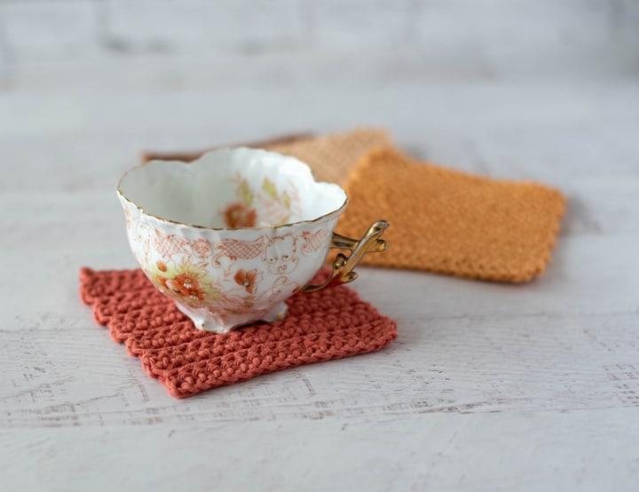 Taza de café antigua en posavasos de crochet