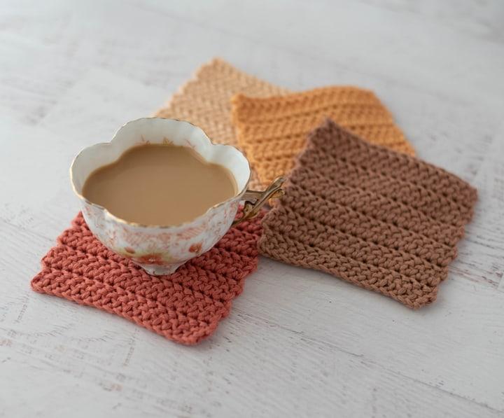 Taza de café con café con 4 posavasos de crochet